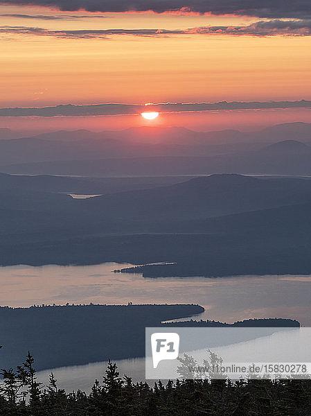 Sonnenuntergang in den Appalachen Trai über den Seen und Bergen von Maine