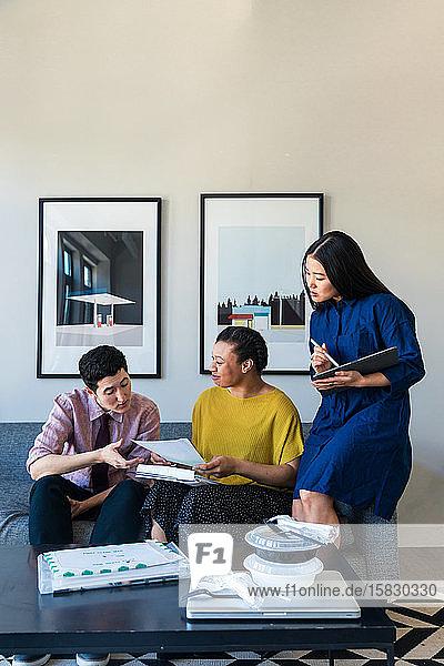 Geschäftskollegen diskutieren im Büro über Dokumente