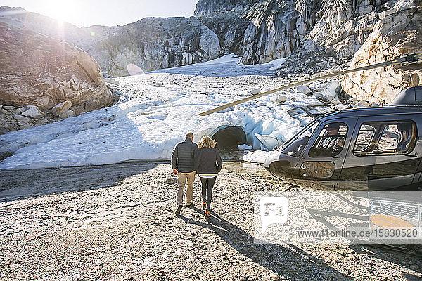 Ehepaar im Ruhestand nimmt Hubschrauber zur Besichtigung der Gletschereishöhle.