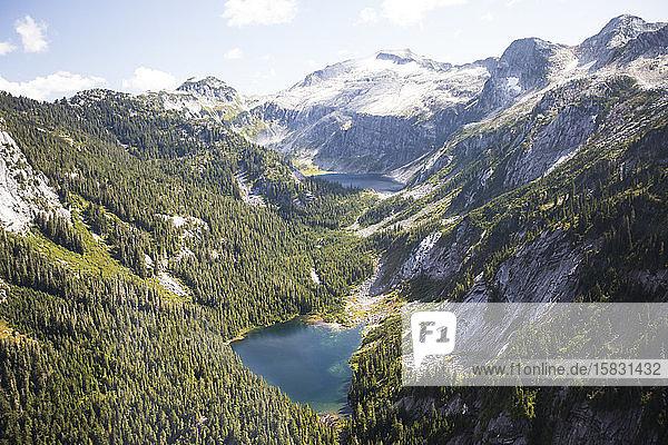 Hochwinkelansicht des Alpensees und der Berge.