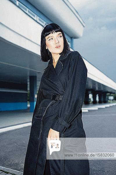 modisches Porträt einer Frau mit schwarzem Umhang