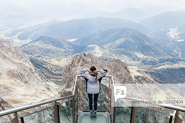 Das tausendjährige Mädchen geniesst die Aussicht auf die Alpen von der Aussichtsplattform