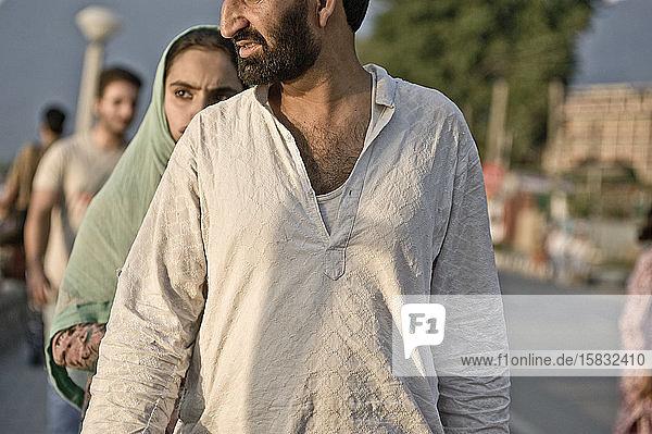 Fußgänger rund um Shehr-e-Khaas am Ufer des Flusses Jhelum