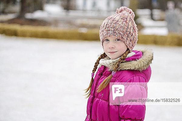 Kleines Mädchen im Winter im Freien
