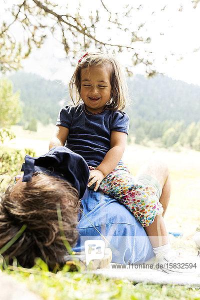 Vater und Tochter amüsieren sich auf der Wiese