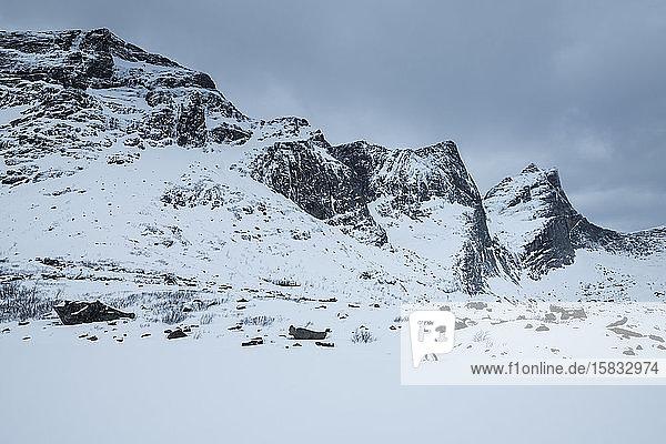 Skitourengeher über den zugefrorenen See  Lofoten  Norwegen