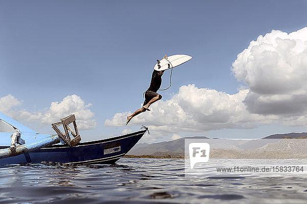 Mann springt vom Boot ins Meer Mann springt vom Boot ins Meer