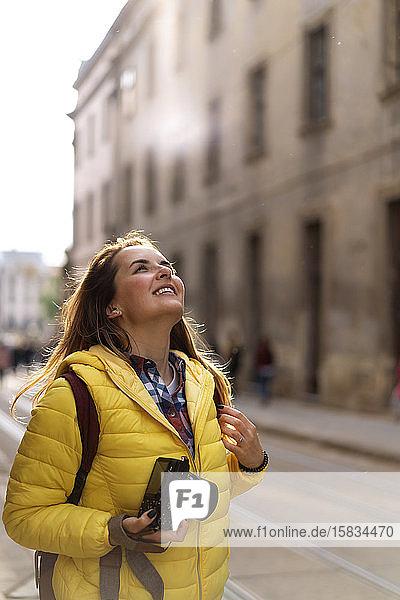 Junge Touristin mit einer Kamera beim Fotografieren in der europäischen Altstadt