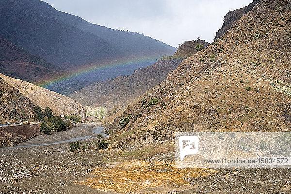 Regenbogen in einer Schlucht  Tizi-N'Tichka-Pass im Atlas-Gebirge  Marokko