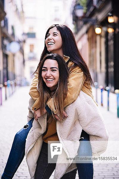 Schönes lesbisches Paar amüsiert sich auf der Straße. LGBT-Konzept.