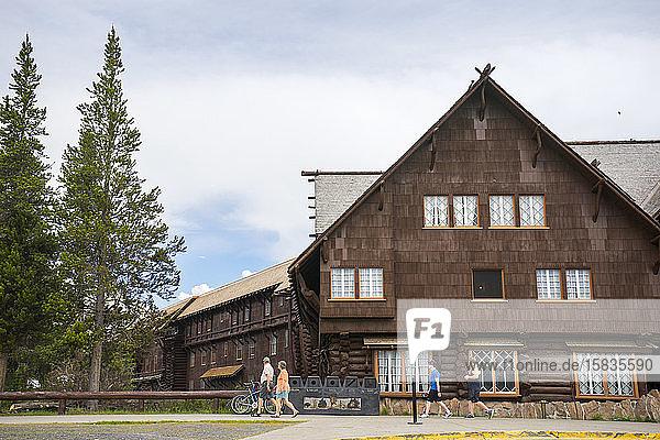 Eine Familie spaziert am Old Faithful Inn  Yellowstone-Nationalpark  vorbei