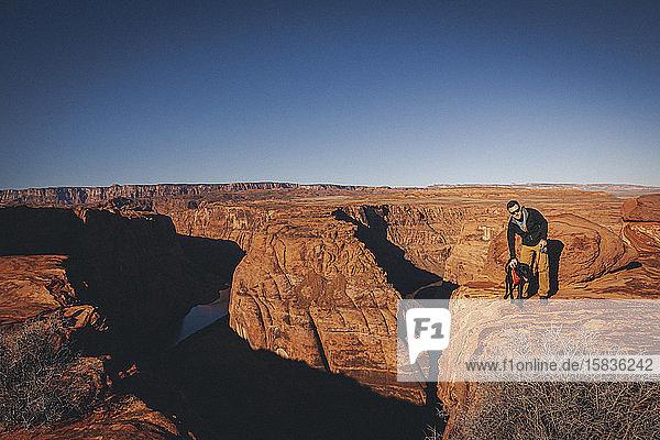 Ein Mann mit einem Hund steht in der Nähe von Horseshoe Bend  Arizona