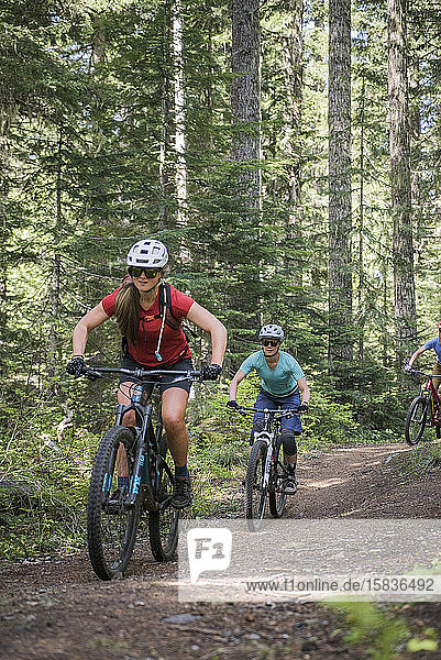 Zwei Bikerinnen genießen einen Trail in Sandy  OR in der Nähe von Mt. Hood.
