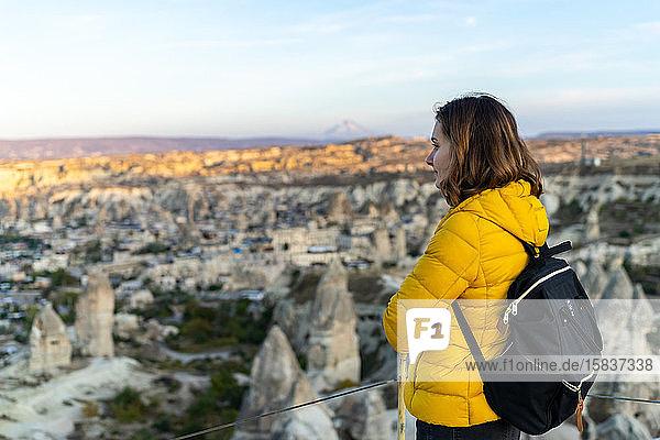 Frau im Sonnenuntergang in Goreme-Türkei eingeweicht