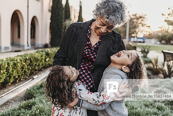 Nahaufnahme des Lifestyle-Bildes von Großmutter und Enkelkindern  die lachen