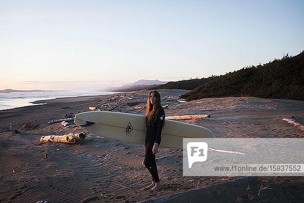 Surferin am Strand bei Tofino