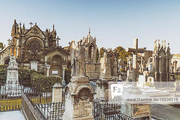 Friedhof von Poblenou mit Engeln und Kreuz in Barcelona
