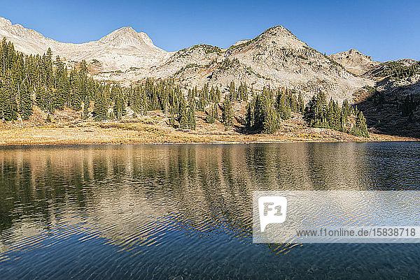 Kupfersee in der Maroon Bells-Schneemassen-Wildnis