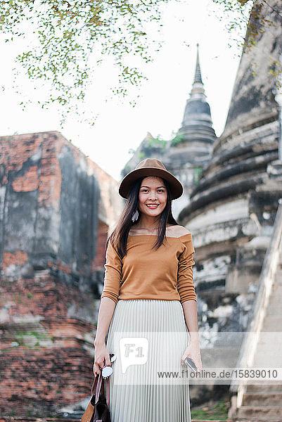 Schöne Frau  die in Ayutthaya  Thailand  Urlaub macht