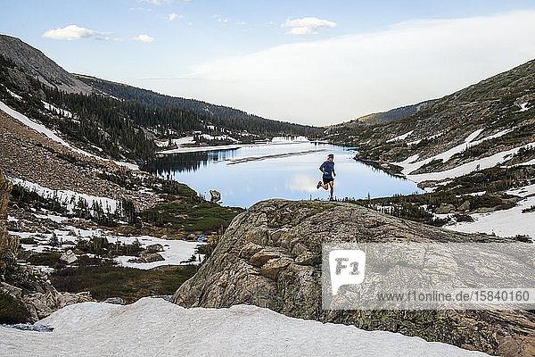 Man Trail verläuft auf einem Felsen über einen See in Indian Peaks Wilderness  Colorado