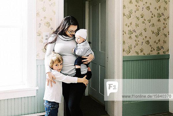 Eine junge Familie genießt die Ferien gemeinsam in ihrem Wohnzimmer.