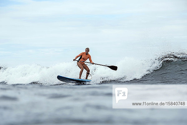Weibliche Surferin