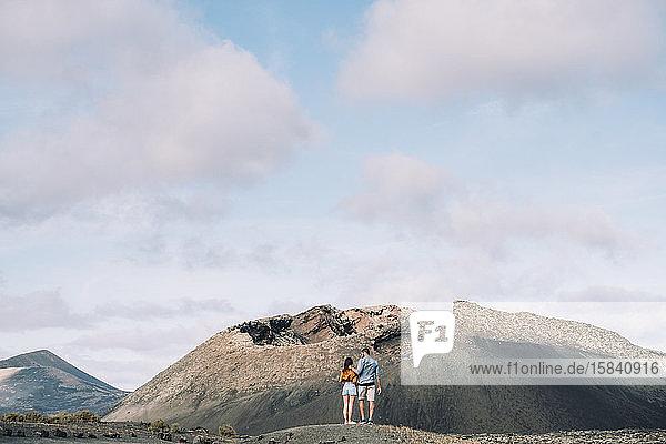 Ehepaar beim Blick auf den Vulkan Cuervo auf Lanzarote  Timanfaya.