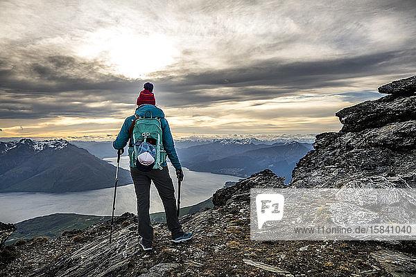 Alpines Wandern in schneebedeckten Bergen  The Remarkables  Neuseeland