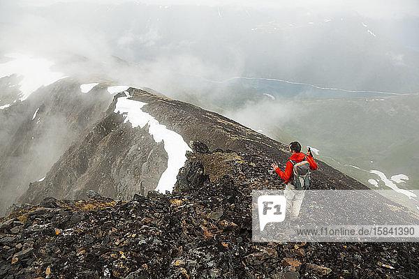Mann wandert den Bergrücken auf dem Cooper Mountain  Kenai-Halbinsel  Alaska