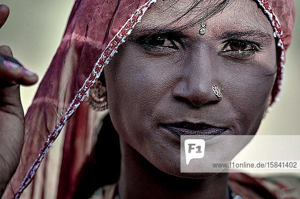 Rajasthanische Frau mit rötlicher Schminke und traditioneller Kleidung