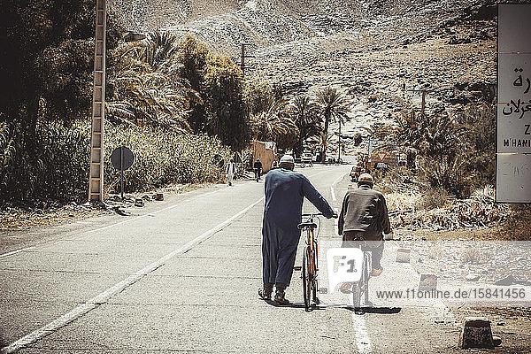 Paar beim Gehen über die Straße