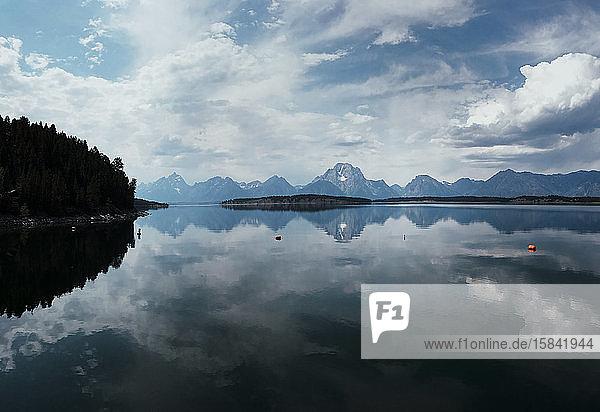 Jackson Lake in der Nähe des Teton-Nationalparks an einem klaren und ruhigen Tag