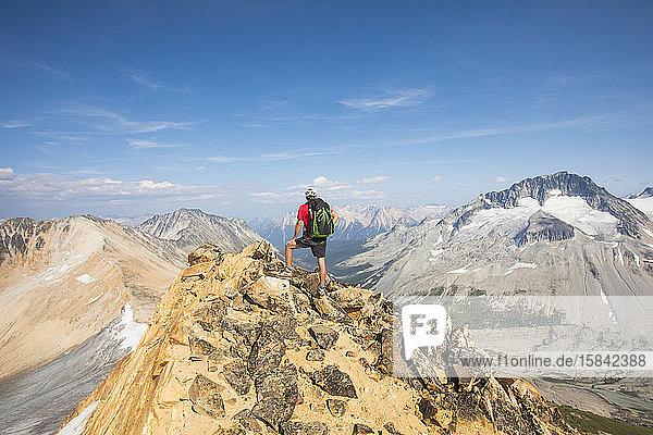 Wanderer steht auf dem Gipfel des Ockerberges  Kanada.