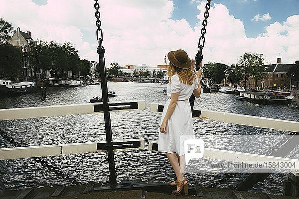 Frau auf der Brücke über der Stadt