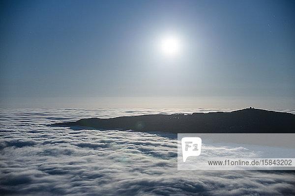 Nebel hüllt die Santa-Monica-Berge in Malibu  Kalifornien  ein
