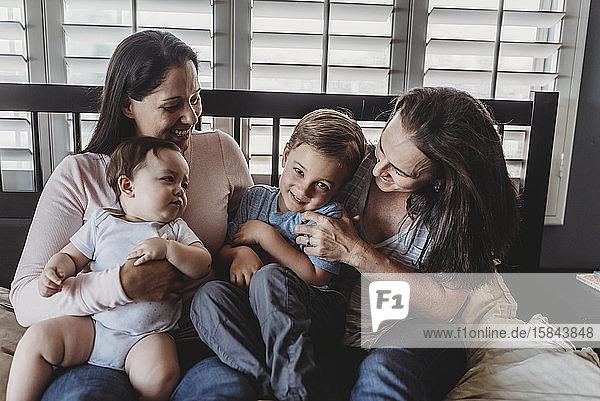 Glückliches nichttraditionelles Familienkuscheln zu Hause