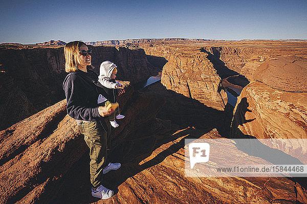 Eine Frau mit einem Kind steht in der Nähe von Horseshoe Bend  Arizona