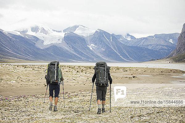 Zwei Rucksacktouristen wandern im Auyuittuq-Nationalpark  Kanada.