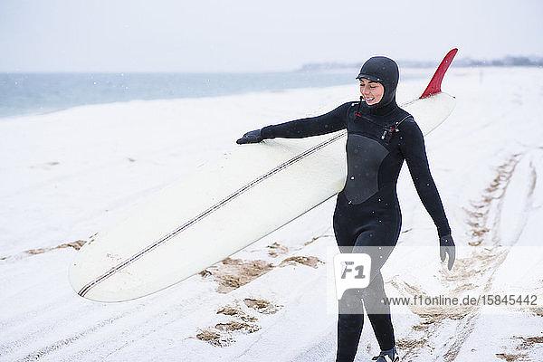 Junge Frau beim Wintersurfen im Schnee