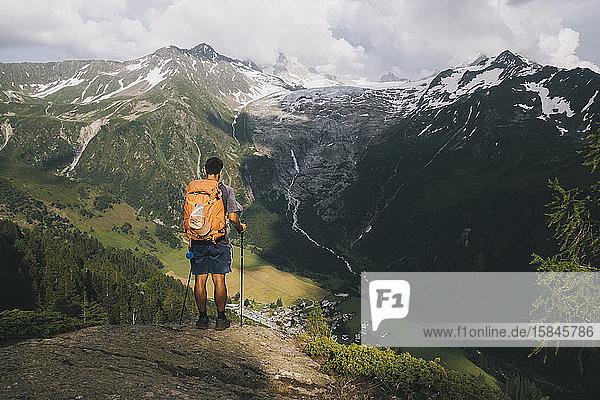 Männlicher Wanderer steht auf einem Hügel in den französischen Alpen  Le Tour  Frankreich