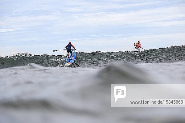 Zwei Supersurfer im Ozean