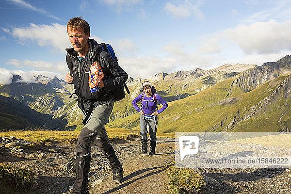 Wanderer auf der Tour de Mont Blanc beim Aufstieg auf den Col de la Seigne