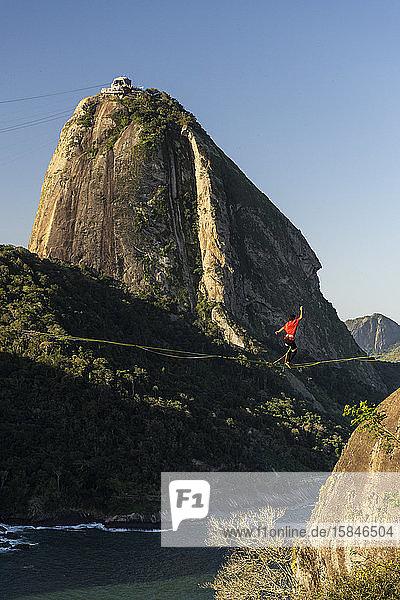 Slackliner-Wanderung im Hochgebirge mit dem Zuckerhut auf dem Rücken