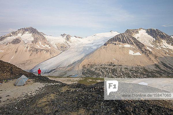 Wanderer zelten auf einem Berggipfel.