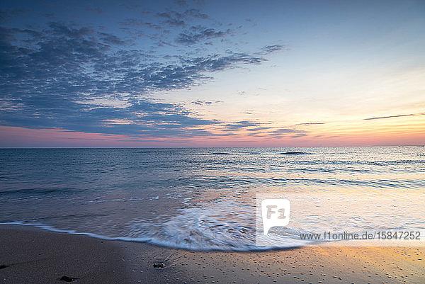 Wunderschöner Sonnenaufgang über dem Meer.