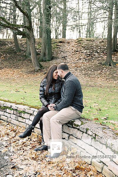 Frisch verlobtes Paar posiert für ihre Verlobungsfotos.