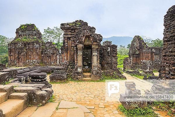 Mein Sohn ruiniert die Tempelanlage von Cham  Vietnam