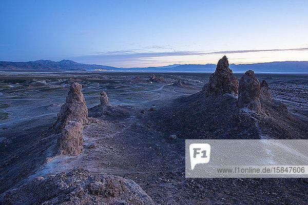 Trona-Säulen in sanften Sonnenaufgangs-Pastellfarben