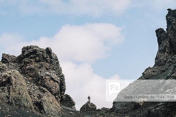 Ehepaar steht im Inneren des Vulkans Cuervo auf Lanzarote  Timanfaya.