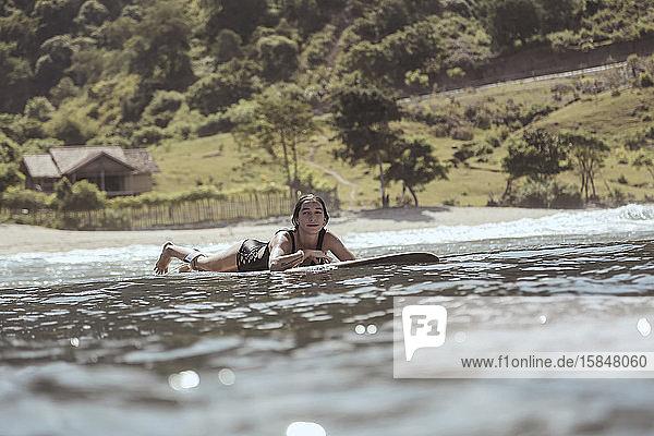 Mädchen surfen im Ozean
